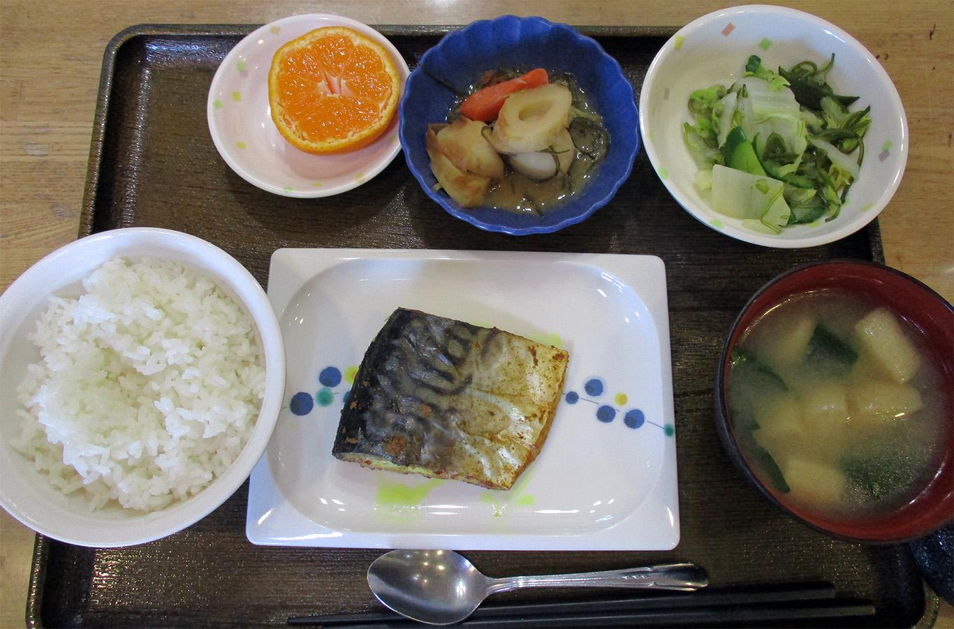きょうのお昼ごはんは、鯖のカレー風味焼き、青じそ和え、煮物、みそ汁、果物でした。