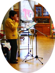 本日は、アルモの大崎さんのハーモニカの生演奏。