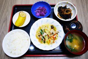 きょうのお昼ごはんは、肉野菜炒め、ひじき煮、ゆかり和え、みそ汁、果物でした。