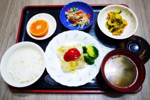 きょうのお昼ごはんは、挽肉とキャベツの重ね蒸し、かぼちゃサラダ、ナムル、みそ汁でした。