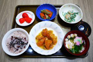 きょうのお昼ごはんは、お赤飯、鮭のみぞれ煮、えびと春菊の白和え、含め煮、お吸い物、くだものでした。
