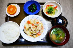 きょうのお昼ごはんは、吉野煮、なめたけ和え、ひじきの酢の物、みそ汁、果物でした。