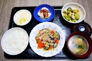 きょうのお昼ごはんは、豚肉と根菜の炒め煮、和え物、里芋のみそだれ、みそ汁、果物でした。