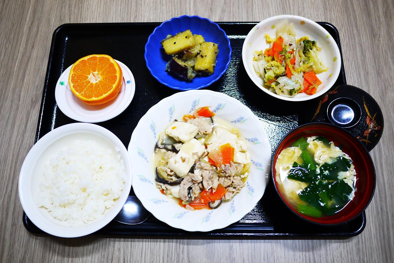 きょうのお昼ごはんは、肉豆腐、梅おかか和え、大学芋煮、みそ汁、果物でした。