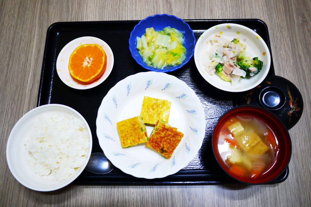 きょうのお昼ごはんは、五目卵焼き、サラダ、くずあん、みそ汁、果物でした。