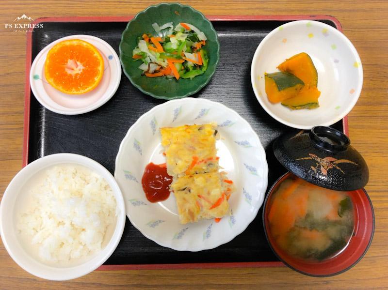 今日のお昼ごはんは、ツナハンバーグ、塩昆布和え、含め煮、みそ汁、果物でした。