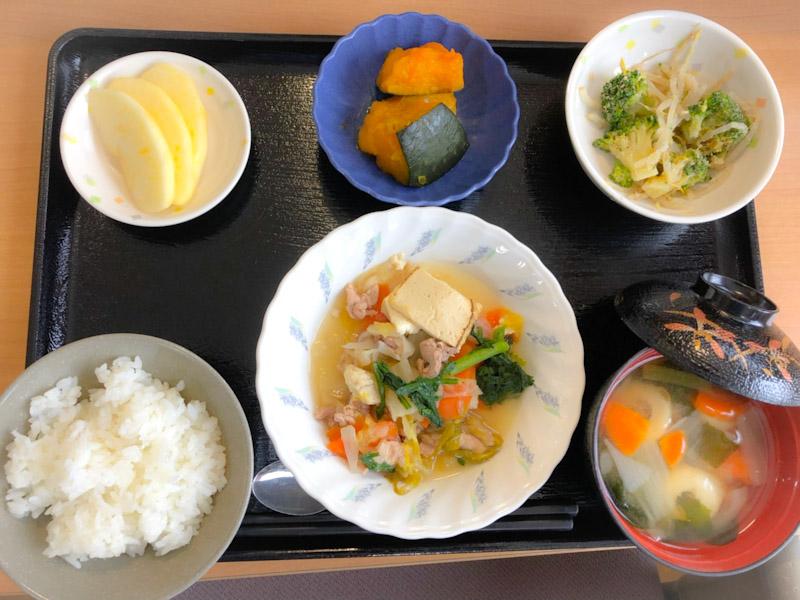 今日のお昼ごはんは、すき焼き風煮、ごま和え、かぼちゃ煮、みそ汁、果物でした。