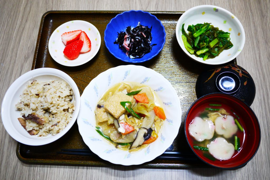 きょうのお昼ごはんは、いわしご飯、けんちん煮、青菜和え、ひじきの酢の物、お吸い物、果物でした。