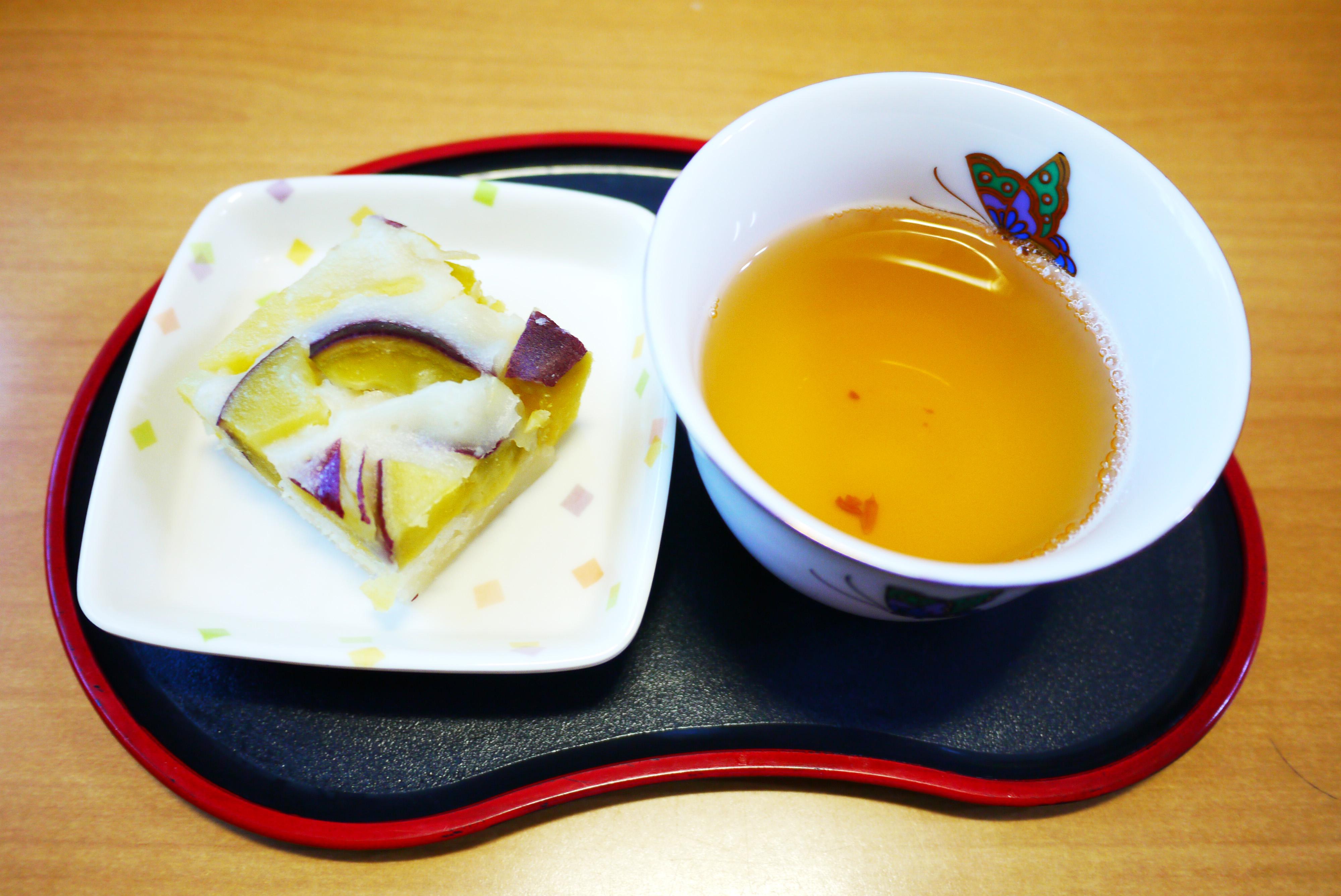 きょうのおやつは、おにまんじゅううと福茶でした。