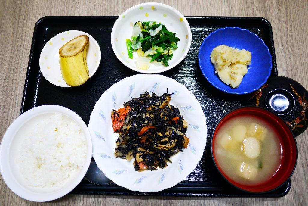 きょうのお昼ごはんは、磯炒め、ゆず浸し、じゃが炒め、みそ汁、果物でした。