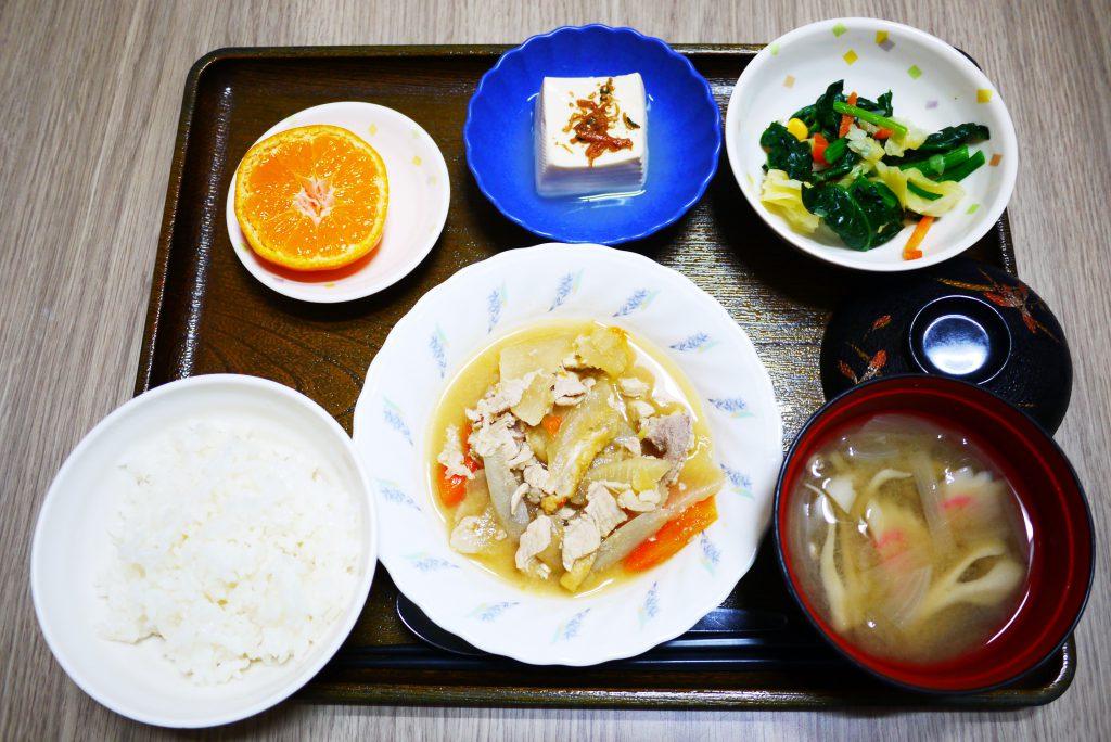 きょうのお昼ごはんは、鶏肉と根菜のみそ煮込み、和え物、煮奴、みそ汁、果物でした。