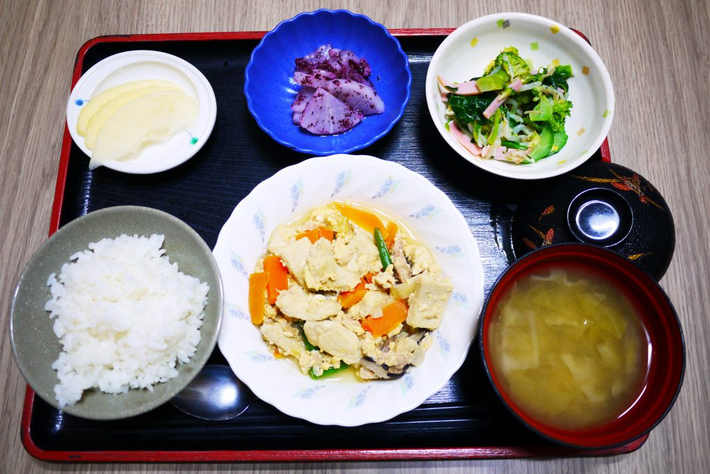 きょうのお昼ごはんは、ツナと高野豆腐の卵とじ、和え物、ゆかり大根、みそ汁、果物でした。