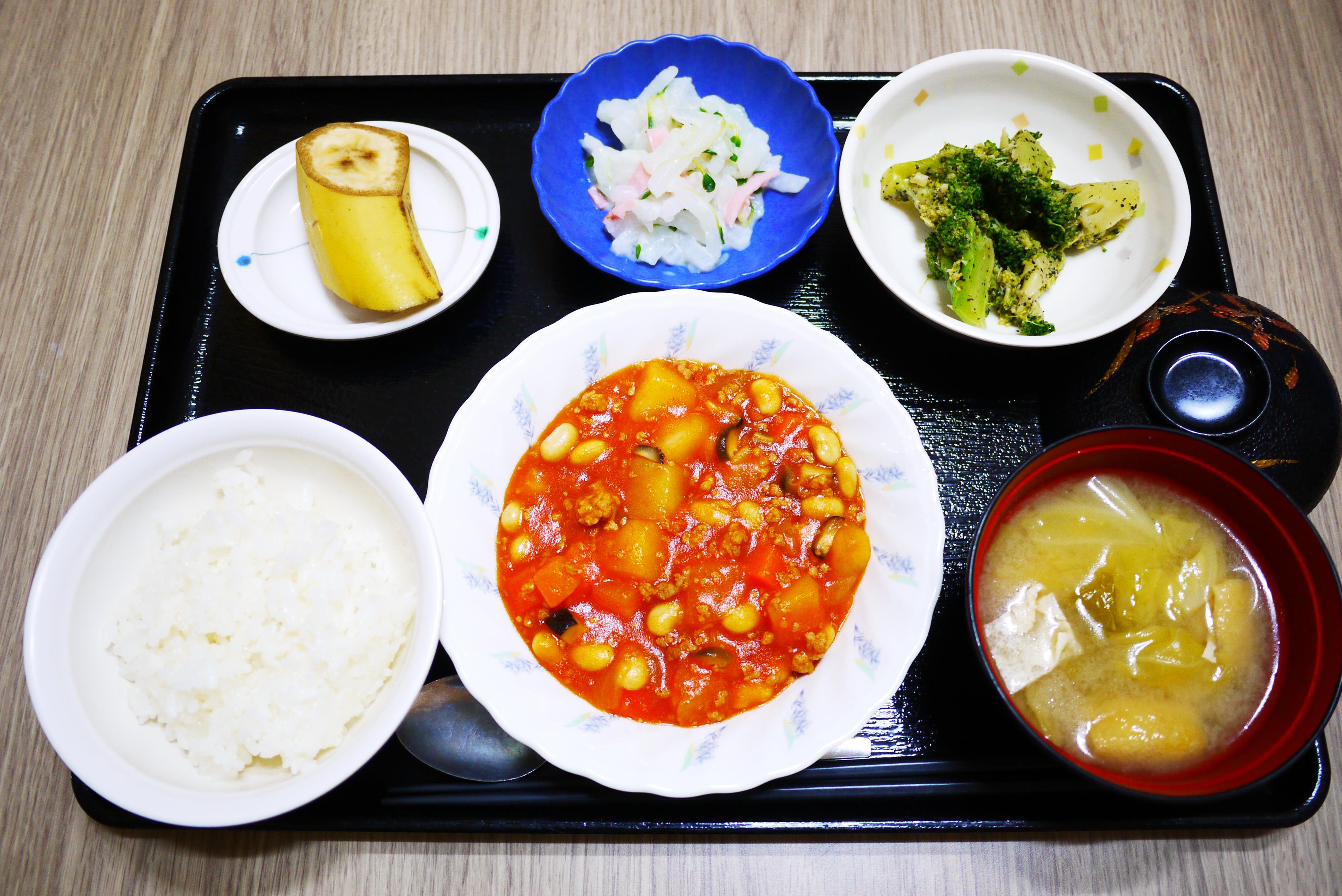 きょうのお昼ごはんは、ポークビーンズ、大根サラダ、ごま和え、みそ汁、果物でした。