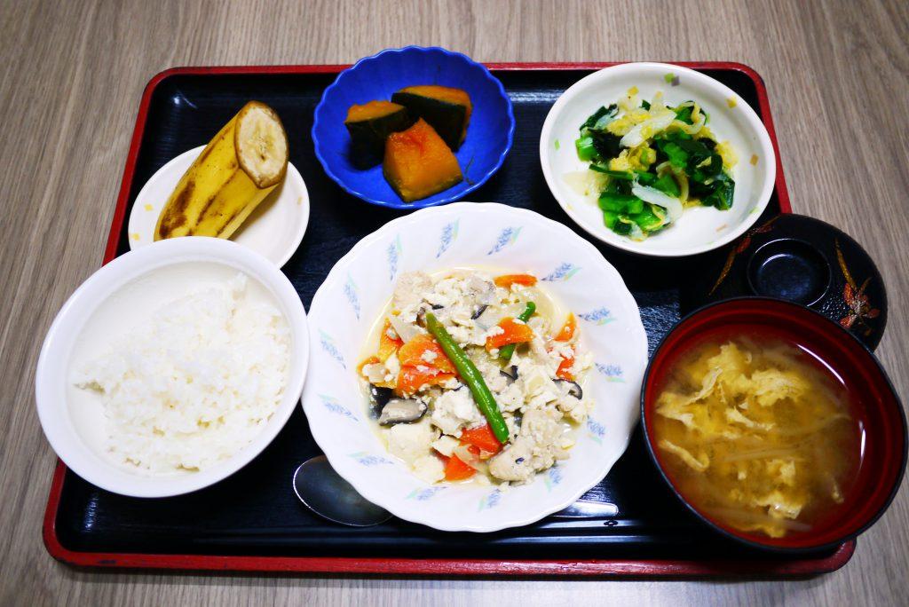 きょうのお昼ごはんは、炒り豆腐、焼きのり和え、かぼちゃ煮、みそ汁、果物でした。