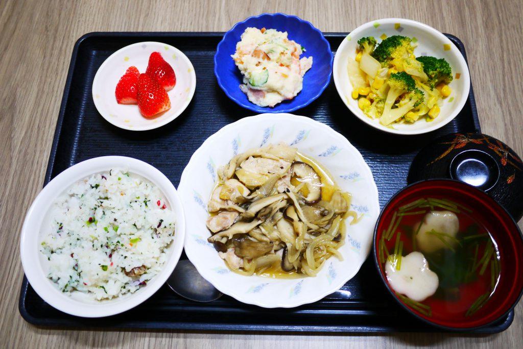 きょうのお昼ごはんは、大豆ご飯、鶏肉のきのこ蒸し、ポテトサラダ、花野菜、お吸い物、果物でした。