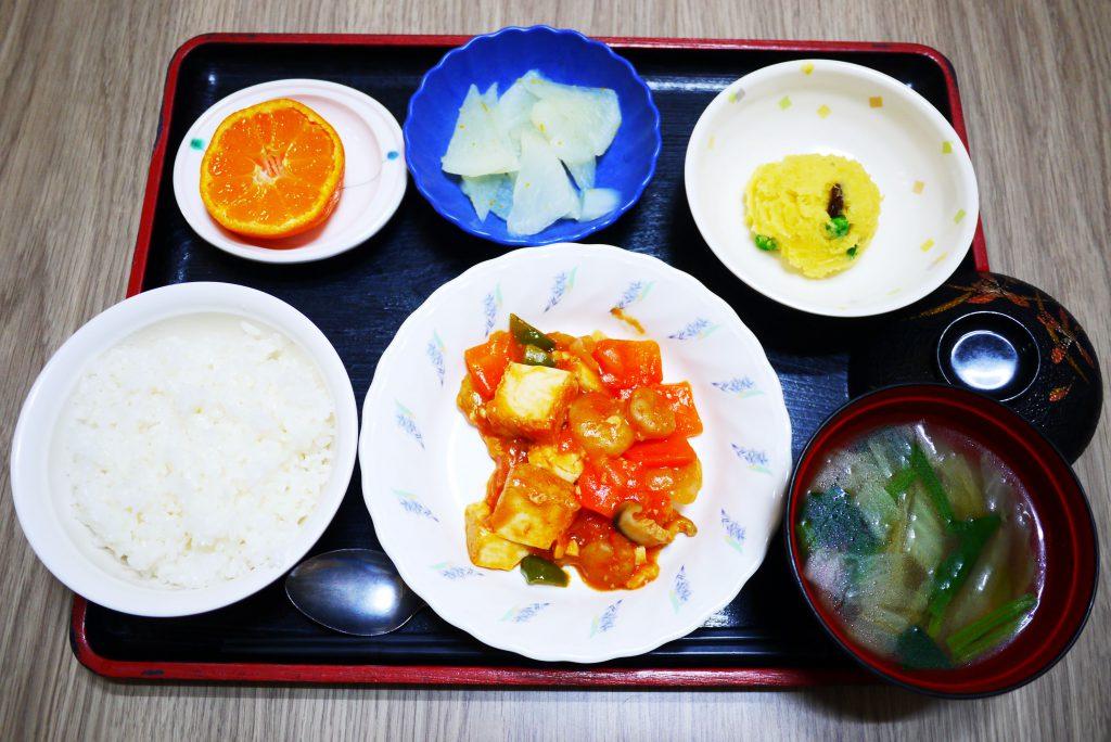 きょうのお昼ごはんは、えびと厚揚げのケチャップ炒め、おさつサラダ、ゆず大根、みそ汁、果物でした。