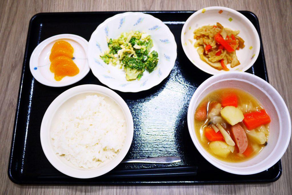 きょうのお昼ごはんは、ウィンナーと野菜のスープ煮、卵サラダ、含め煮、果物でした。