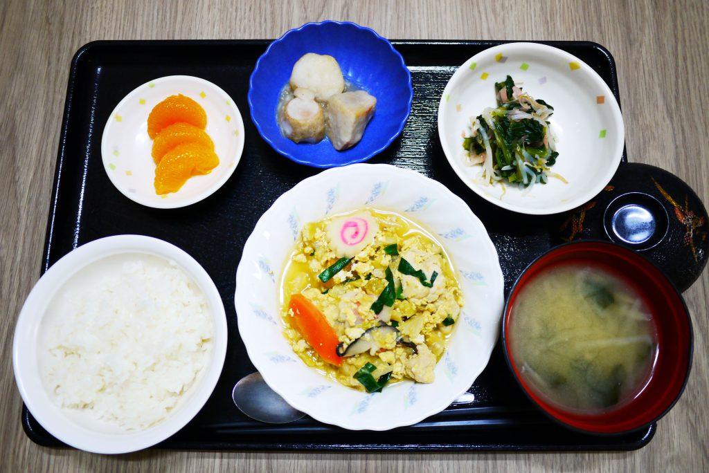 きょうのお昼ごはんは、親子煮、甘酢和え、里芋の煮ころがし、みそ汁、果物でした。