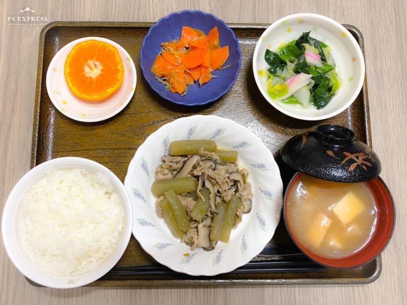 きょうのお昼ごはんは、 ふきと豚肉のほろ苦炒め、煮浸し、じゃこ人参、みそ汁、果物でした。