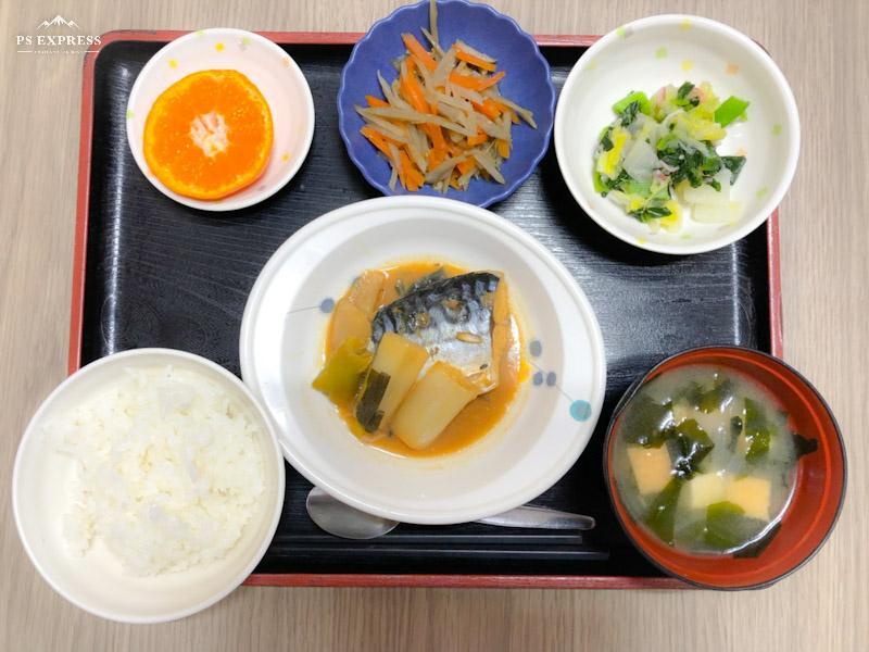 今日のお昼ごはんは、煮魚、おろし和え、きんぴら、みそ汁、果物でした。