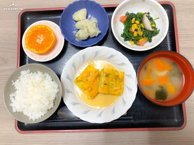 今日のお昼ごはんは、ねぎ卵焼きの甘酢あんかけ、中華和え、のり塩ポテト、みそ汁、果物でした。