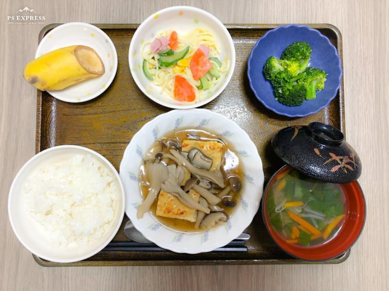 今日のお昼ごはんは、あんかけハンバーグ、スパゲティサラダ、生姜和え、みそ汁、果物です。