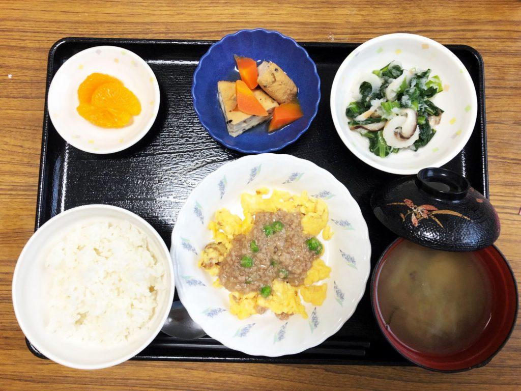 きょうのお昼ごはんは、麻婆炒り卵、小松菜とちくわのおろし和え、含め煮、みそ汁、果物でした。