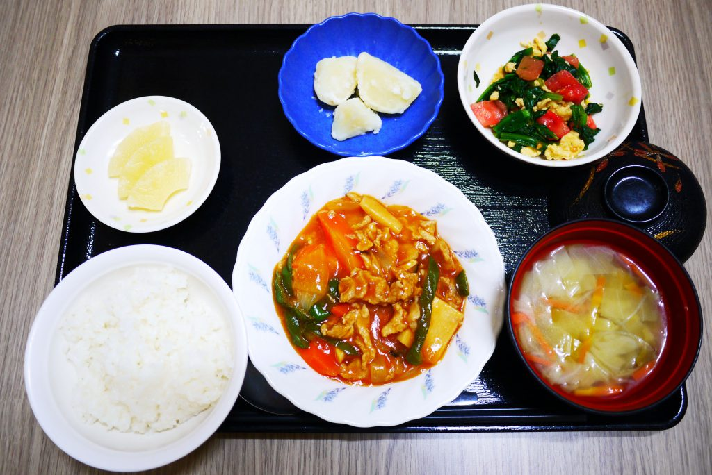 きょうのお昼ごはんは、あげない酢豚、中華和え、粉ふき芋、みそ汁、果物でした。