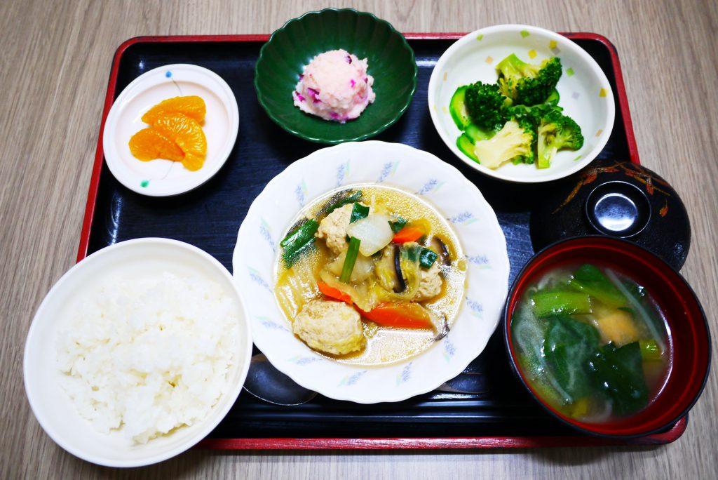 きょうのお昼ごはんは、肉団子と白菜の煮物、しば漬けポテト、生姜和え、みそ汁、果物でした。