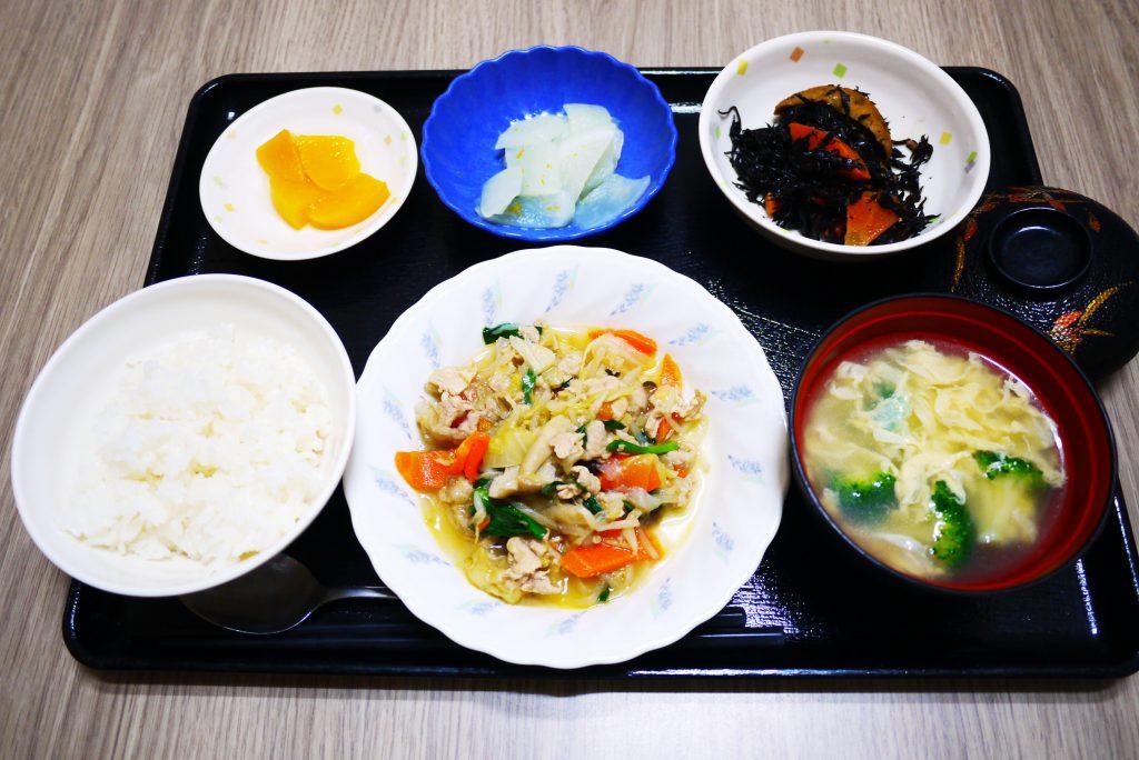 きょうのお昼ごはんは、肉野菜炒め、ひじき煮、ゆず大根、みそ汁、果物でした。