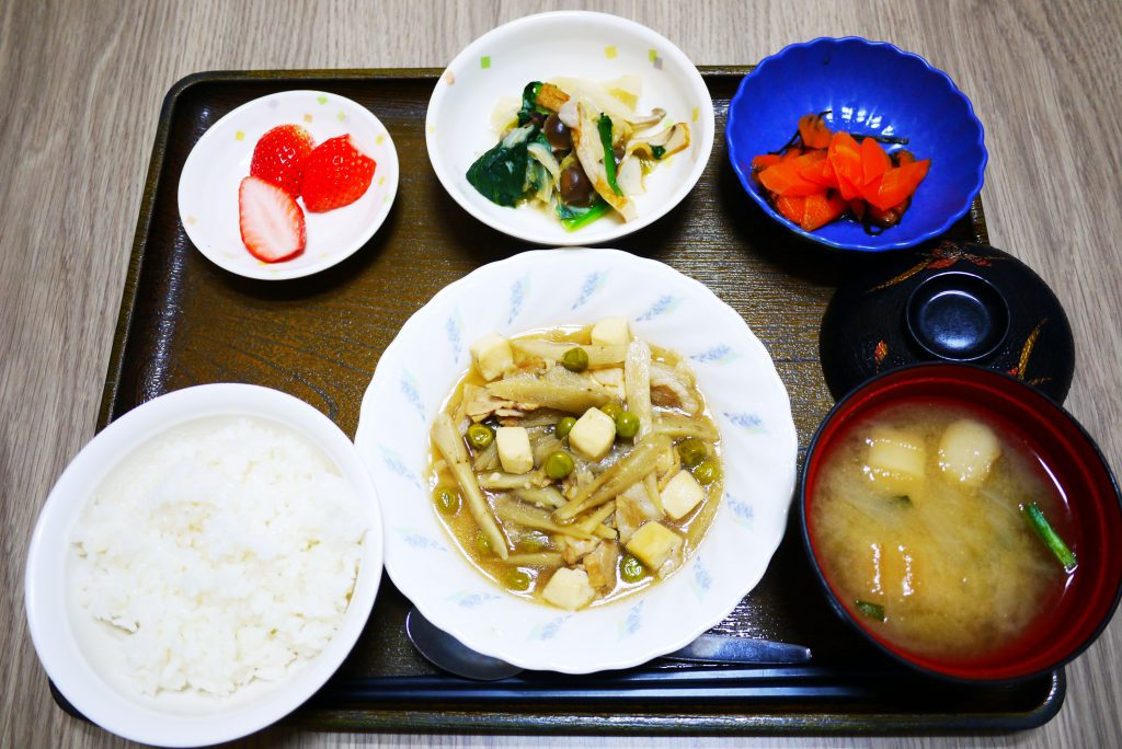 きょうのお昼ごはんは、豚肉とごぼうのみそ煮込み、塩昆布和え、煮浸し、みそ汁、果物でした。