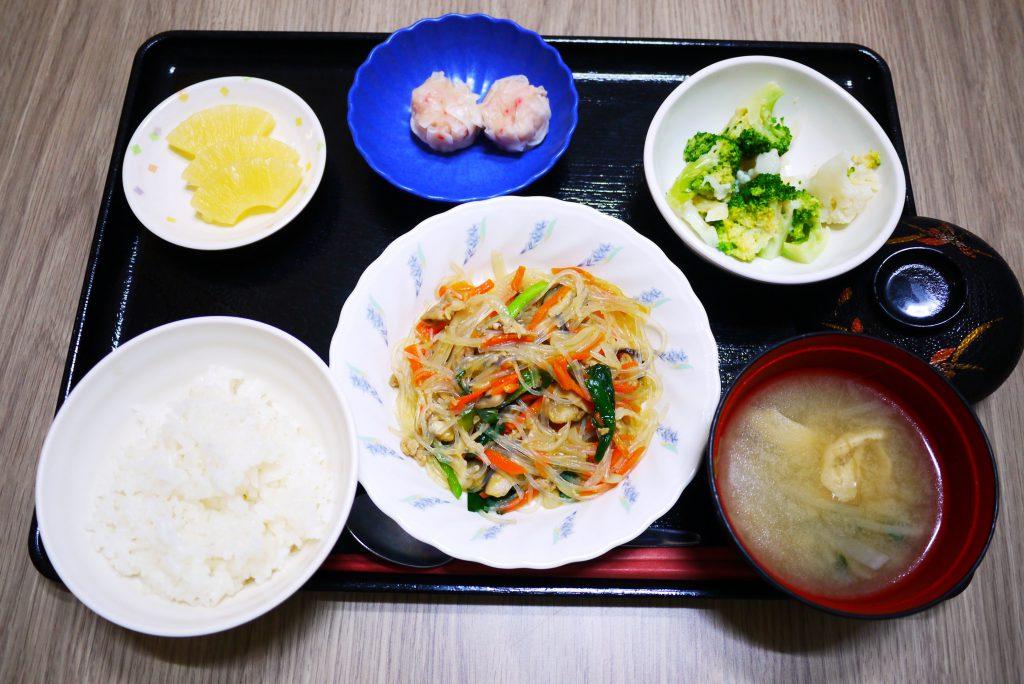 きょうのお昼ごはんは、豚肉と春雨の中華煮、和え物、コロコロ煮、みそ汁、果物でした。