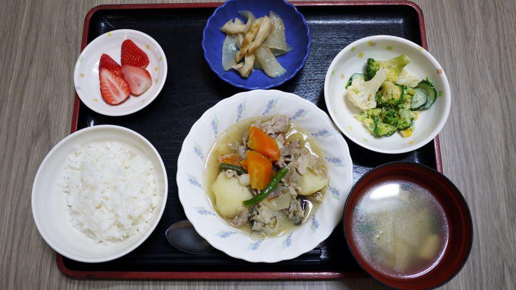 きょうのお昼ごはんは、塩肉じゃが、みそマヨ和え、ひじき煮、みそ汁、果物でした。