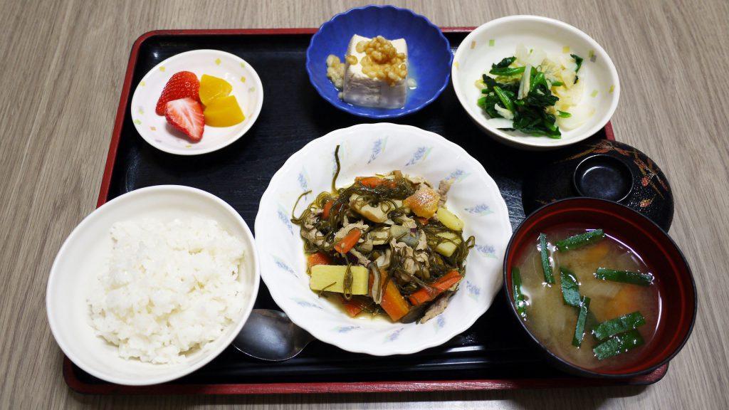 きょうのお昼ごはんは、豚肉と切り昆布の炒め煮、和え物、煮奴、みそ汁、果物でした。