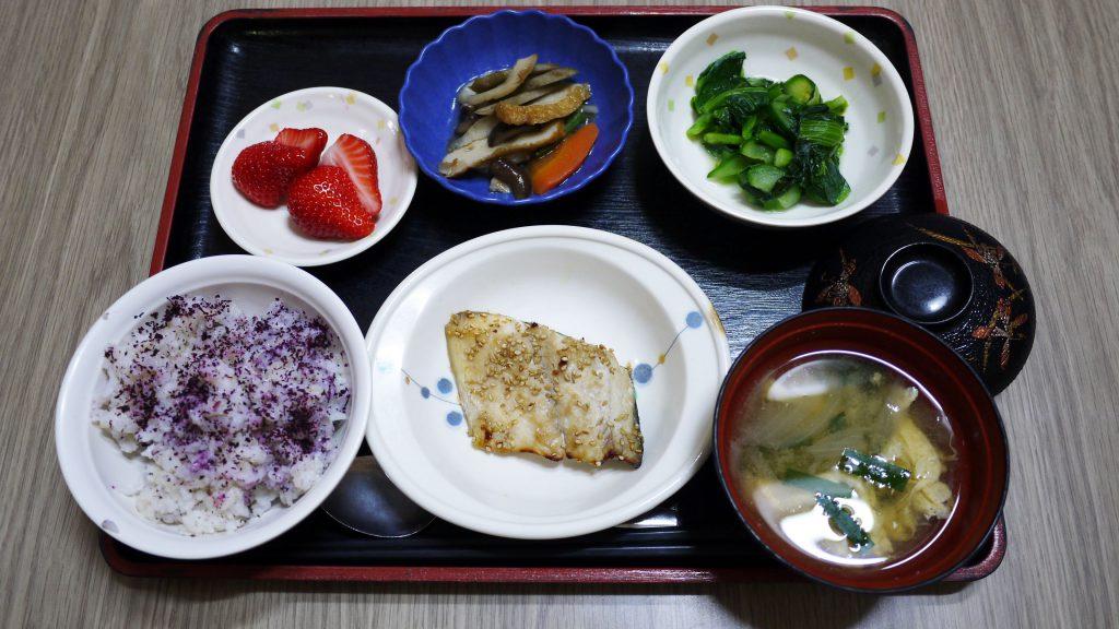 きょうのお昼ごはんは、焼き魚、含め煮、小松菜のからし和え、かき玉汁、果物でした。