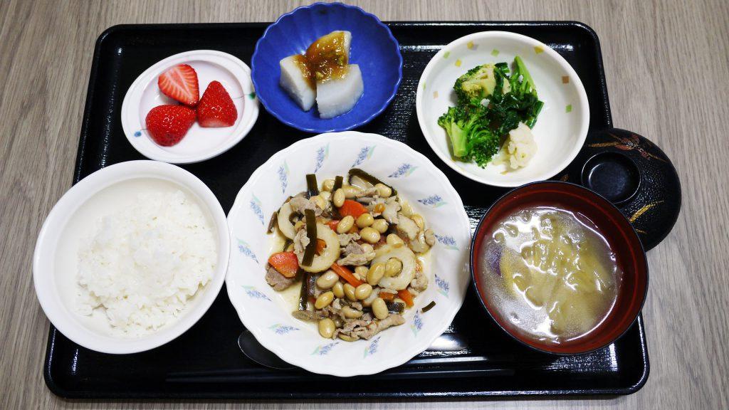 きょうのお昼ごはんは、大豆五目煮、和え物、ふろふき大根、みそ汁、果物でした。