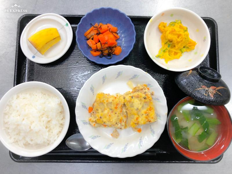 今日のお昼ごはんは、ツナハンバーグ、かぼちゃサラダ、塩昆布和え、みそ汁、果物でした。