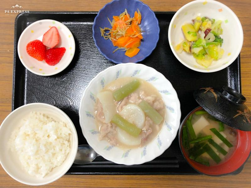 今日のお昼ごはんは、かぶと豚肉の治部煮風、和え物、じゃこ人参、みそ汁、果物でした。