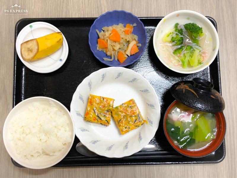 今日のお昼ごはんは、五目卵焼き、ブロッコリーのカニカマあん、切り干し煮、みそ汁、果物です。