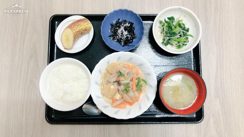 きょうのお昼ごはんは、豚肉と厚揚げの味噌炒め、お浸し、ひじきの酢の物、味噌、汁果物でした。