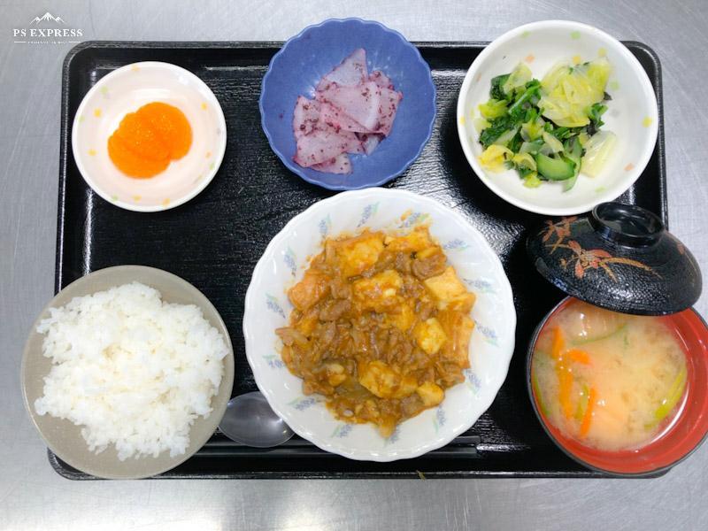 今日のお昼ごはんは、豚肉と厚揚げの和風カレー煮、焼き海苔和え、ゆかり大根、みそ汁、果物でした。