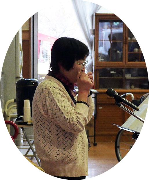 アルモの演奏を先導に、楽しい歌謡曲や童謡のひとときをもちました。