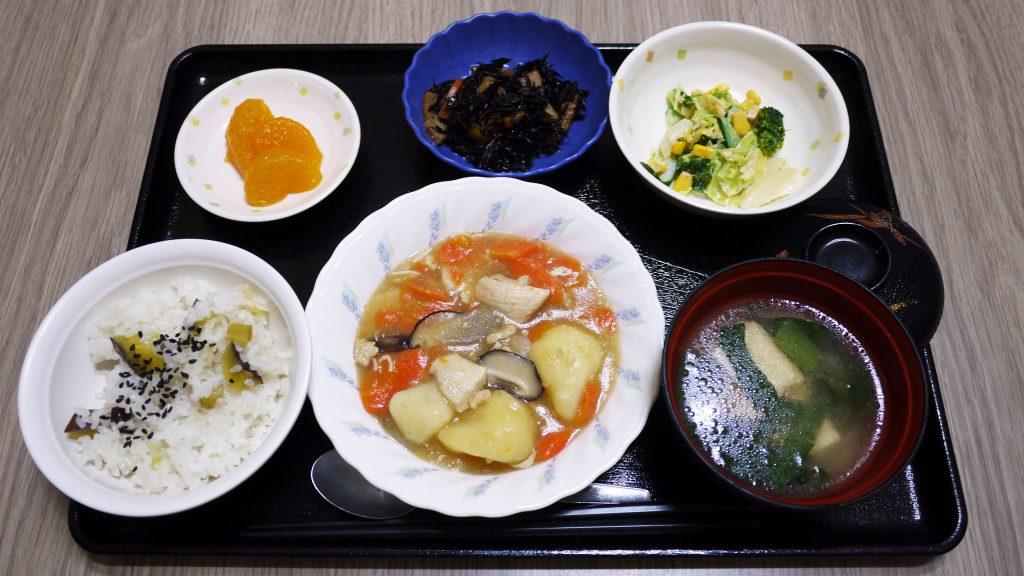 きょうのお昼ごはんは、吉野煮、みそマヨ和え、ひじき煮、みそ汁、くだものでした。