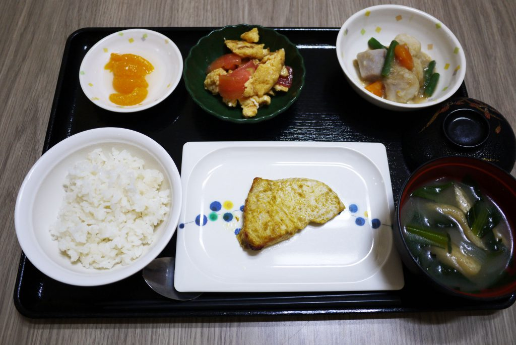 きょうのお昼ごはんは、カジキのカレー風味焼き・トマトと卵のサラダ・含め煮・みそ汁・くだものでした。