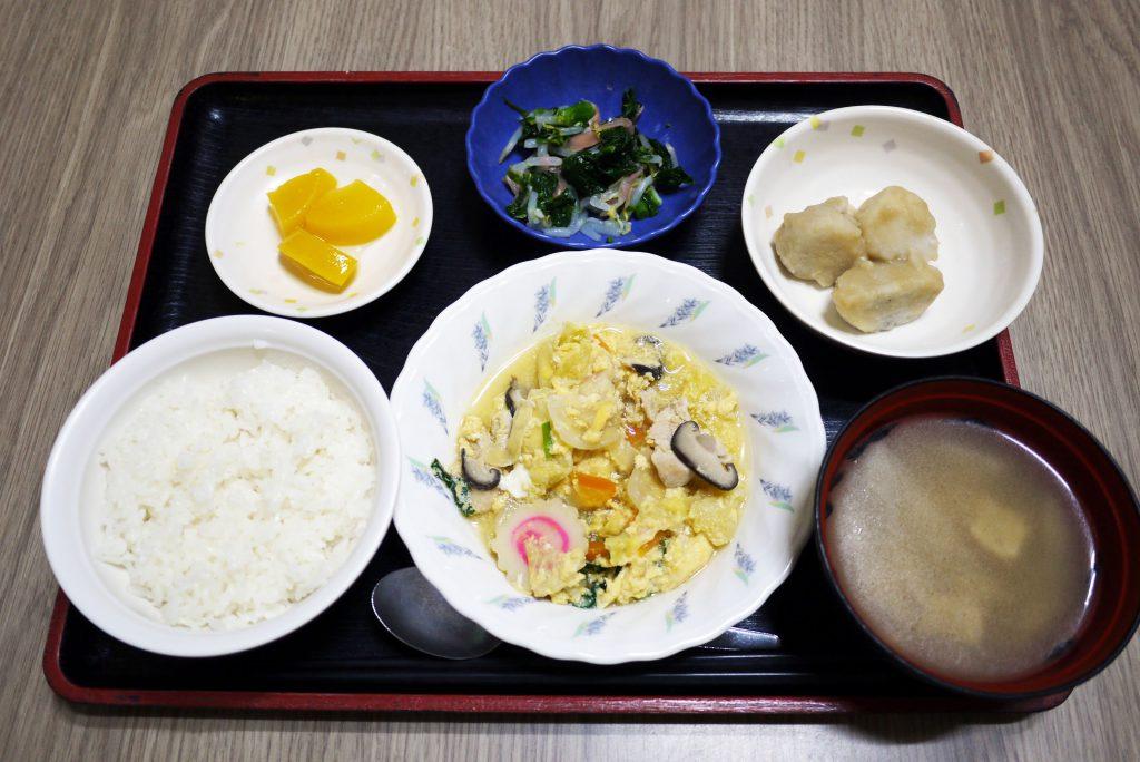 きょうのお昼ごはんは、親子煮・甘酢和え・里芋の煮っころがし・みそ汁・くだものでした。