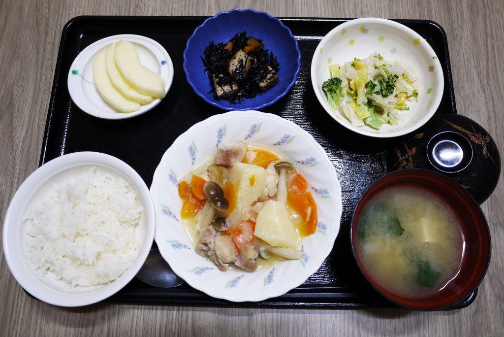 きょうのお昼ごはんは、鶏肉のあっさり煮・みそマヨ和え・ひじき煮・みそ汁・くだものでした。