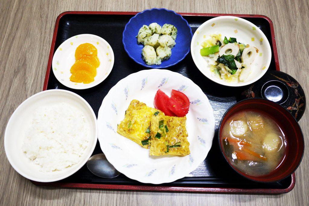 きょうのお昼ごはんは、和風チーズオムレツ・しば漬けおろし・のり塩ポテト・みそ汁・くだものでした。