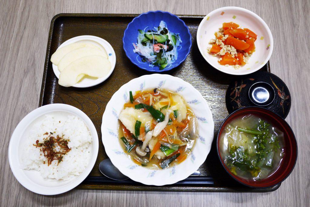 昭和の日、きょうのお昼ごはんは、揚げ豆腐の野菜あんかけ・酢の物・そぼろ煮・みそ汁・くだものでした。