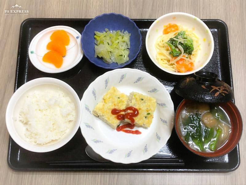 今日のお昼ごはんは、豆腐と鶏肉のハンバーグ、スパゲティサラダ、生姜和え、みそ汁、果物でした。