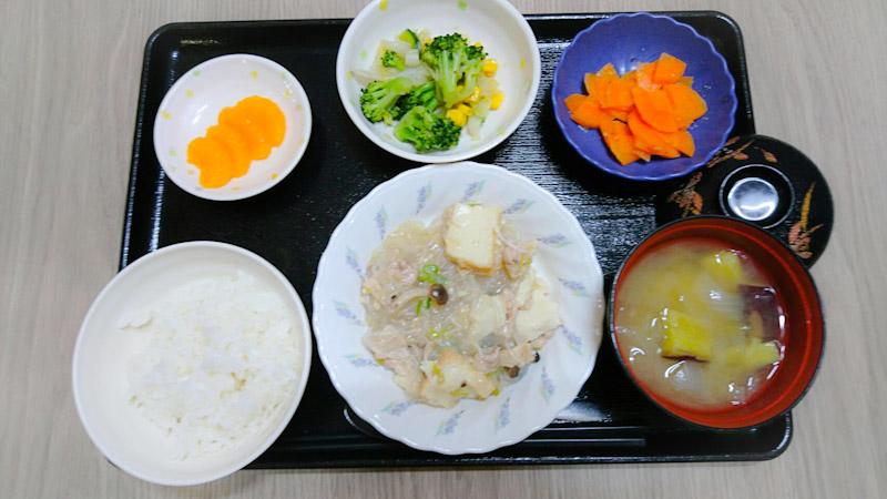 今日のお昼ごはんは、 厚揚げと春雨のうま煮 和え物 、人参の粒マスタード和え、味噌汁、果物でした。